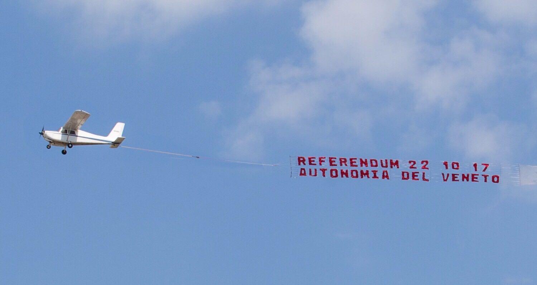 traino striscione pubblicitario per referendum autonomia regione veneto